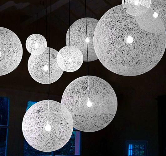 На фото изображено - Необычный декор: шары из нитей, рис. Красивый декор из шаров