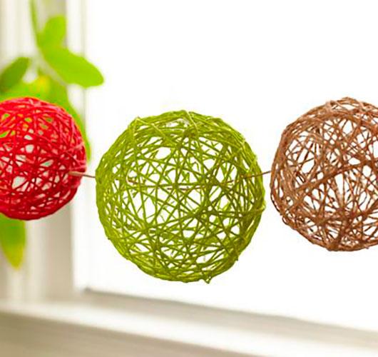 На фото изображено - Необычный декор: шары из нитей, рис. Шары гирлянда