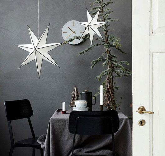 Fotoğrafta tasvir - kağıttan toplu yıldızlar. Evde tatil hazırlama!, Şek. Siyah yıldız