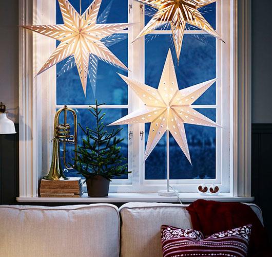 Na foto retratada - estrelas em massa do papel. Preparando férias em casa!, Fig. Menina com uma estrela